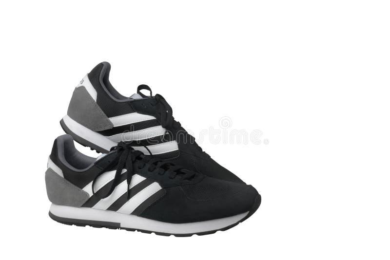 Scarpe da tennis delle scarpe di sport di Adidas nere su un fondo bianco Isolato samara La Russia 2019-04-13 immagini stock libere da diritti