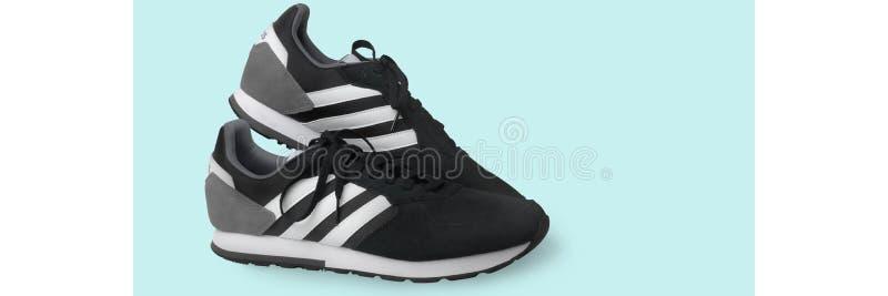 Scarpe da tennis delle scarpe di sport di Adidas nere su un fondo bianco Isolato samara La Russia 2019-04-13 fotografie stock