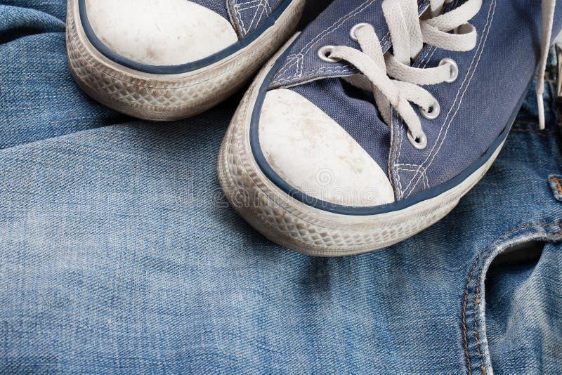 Scarpe da tennis e jeans fotografia stock libera da diritti