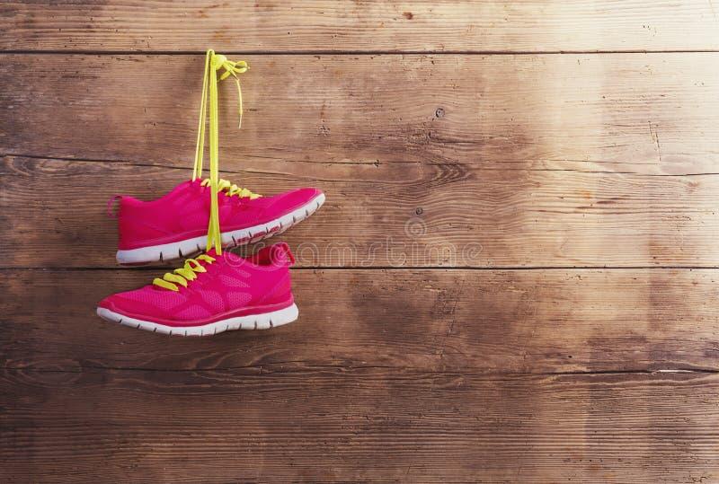 Scarpe da tennis sul pavimento immagini stock libere da diritti