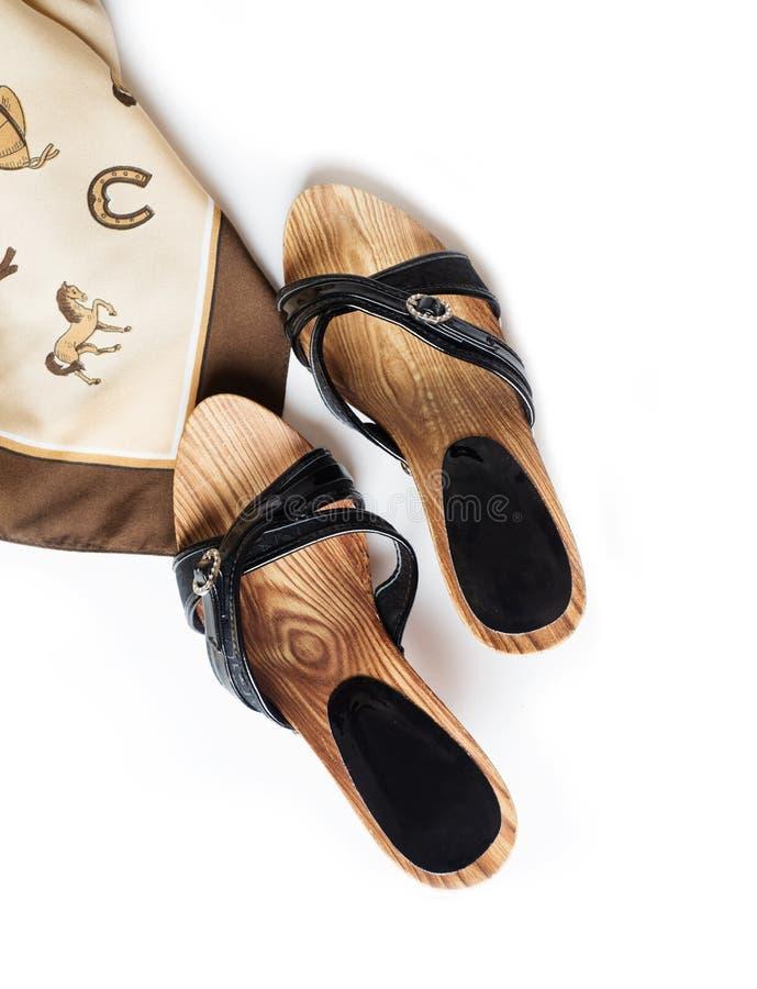 Scarpe del tallone di estate con la sciarpa di collo fotografie stock libere da diritti