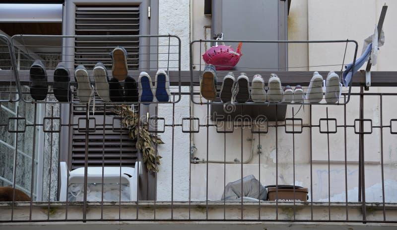 Scarpe dell'intera famiglia lavata fotografia stock