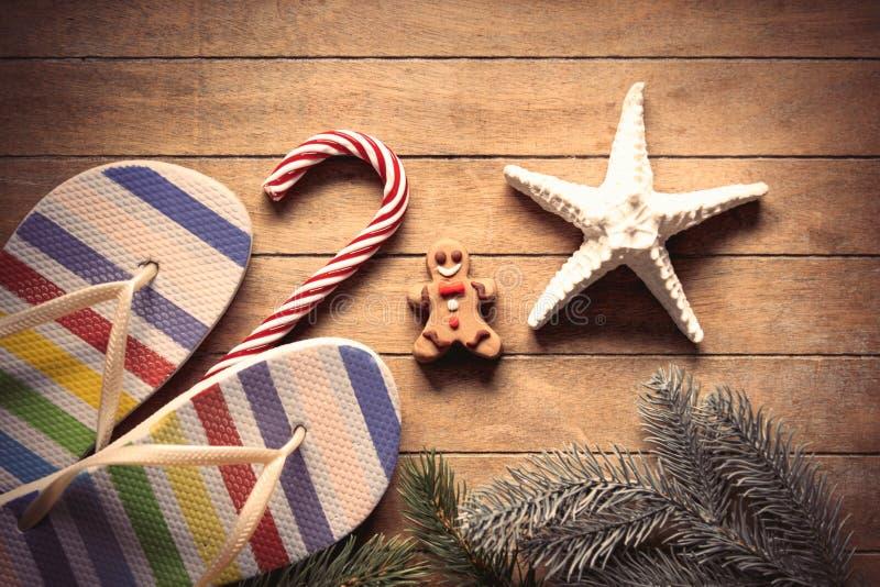 Scarpe della decorazione e del mare di Natale fotografia stock libera da diritti