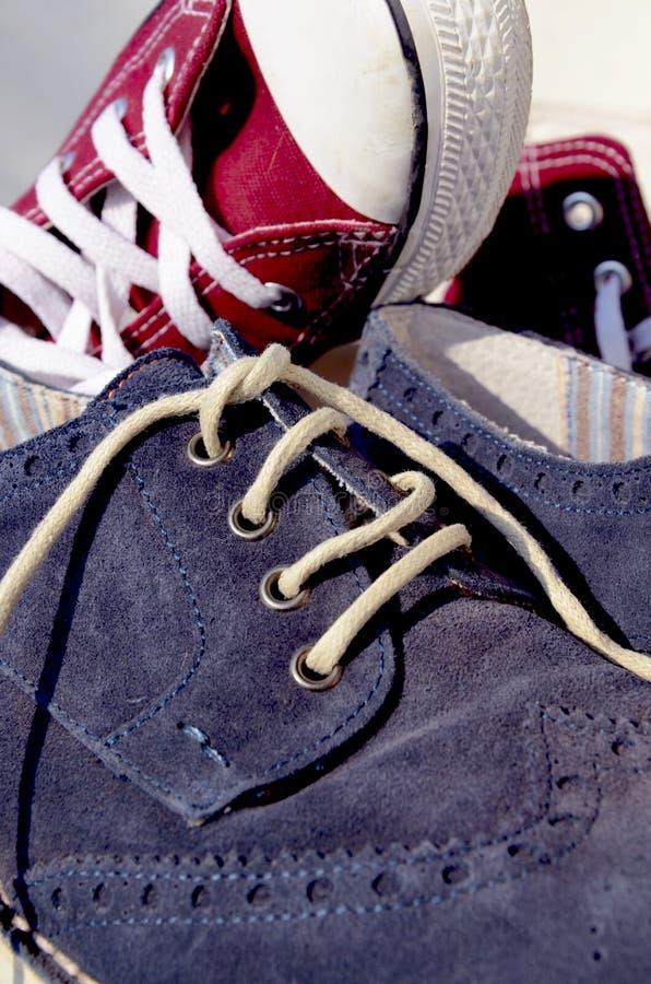 Download Scarpe Della Pelle Scamosciata E Scarpe Di Tela Fotografia Stock - Immagine di talloni, rosso: 56883414