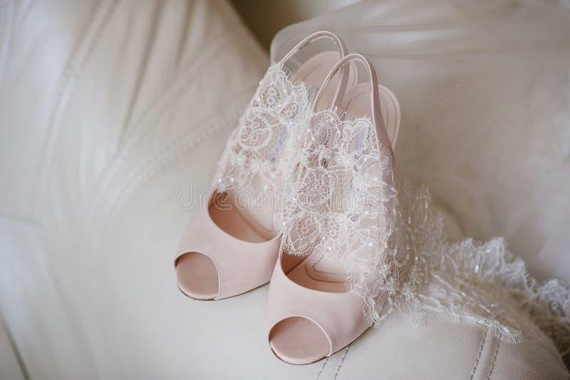 Scarpe della sposa e del velo, nozze, boudoir, stile di vita fotografie stock