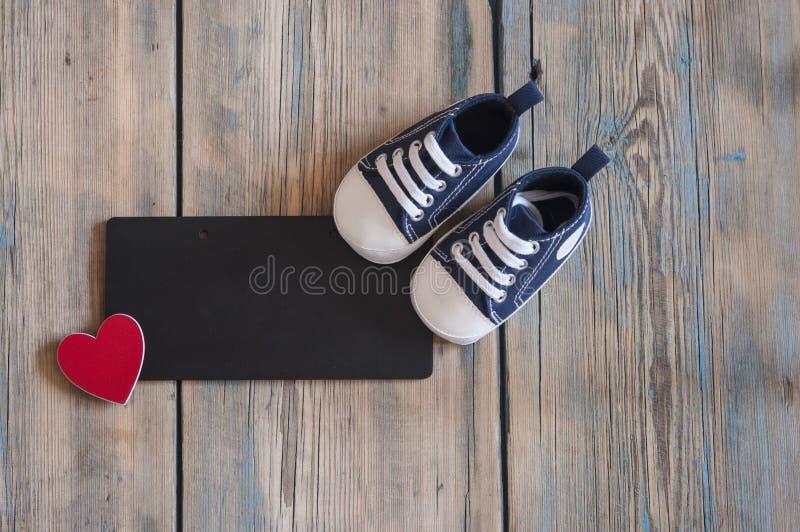 scarpe delle scarpe da tennis su un fondo di legno rustico con spazio libero fotografie stock