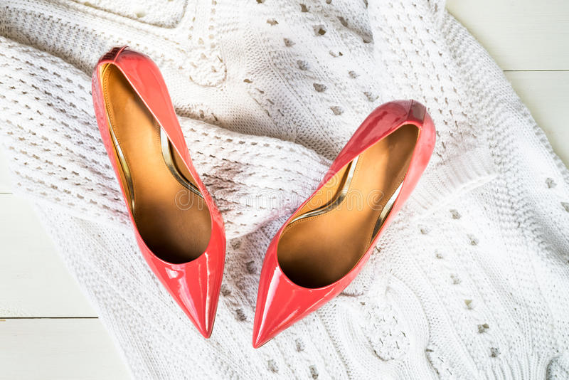 Scarpe dello stiletto o maglione bianco e del tacco alto immagine stock