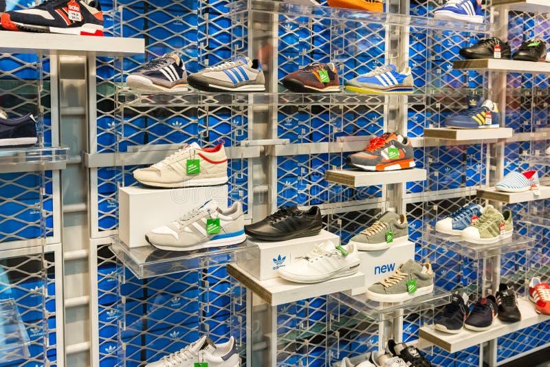 Scarpe di Adidas nell'esposizione del negozio di scarpe immagine stock libera da diritti