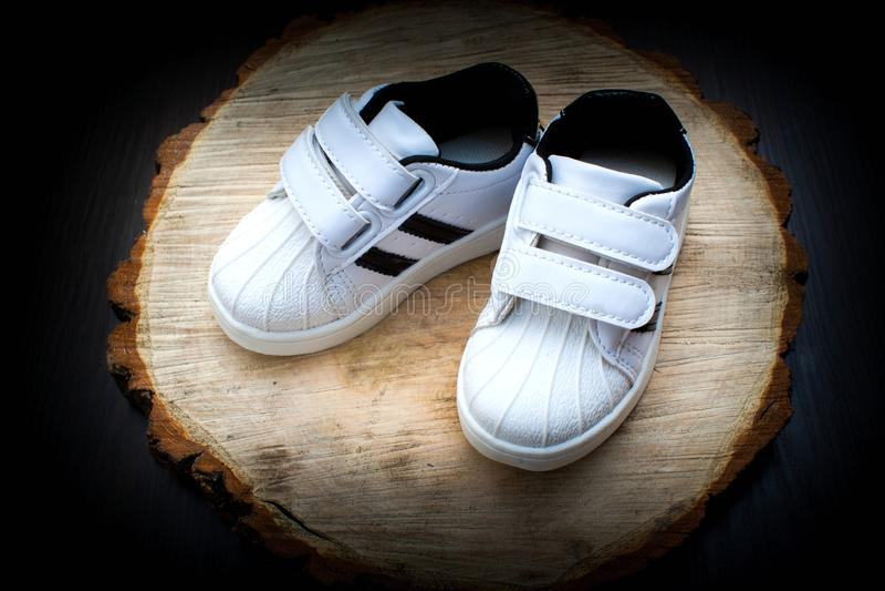 Scarpe di bambino, bambini, genitore, blu, ragazzo, scarpe da tennis, giocattolo, copyspace, di legno fotografia stock