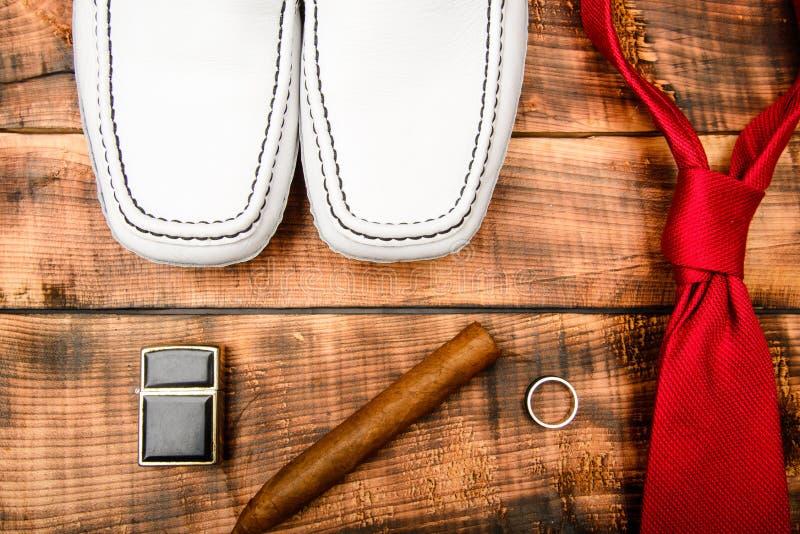 Scarpe di cuoio alla moda su fondo di legno Sposo pronto per nozze Abbigliamento maschile ed accessori Sigaretta dell'anello del  fotografia stock