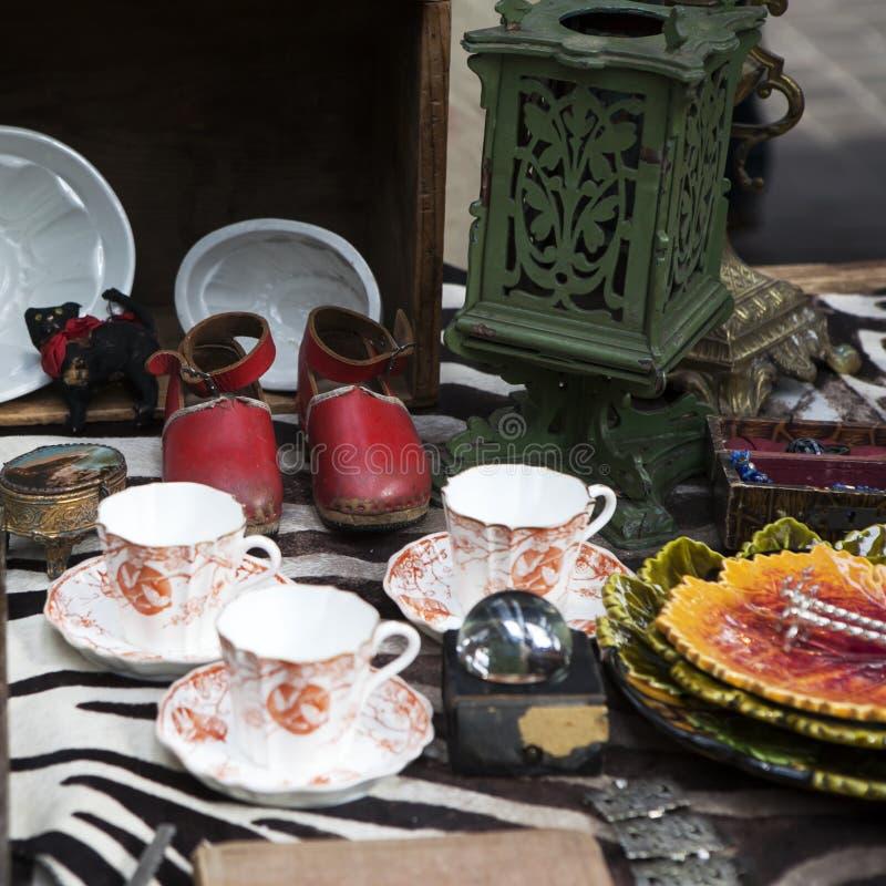 Scarpe di cuoio antiche rosse fra il ciarpame immagini stock