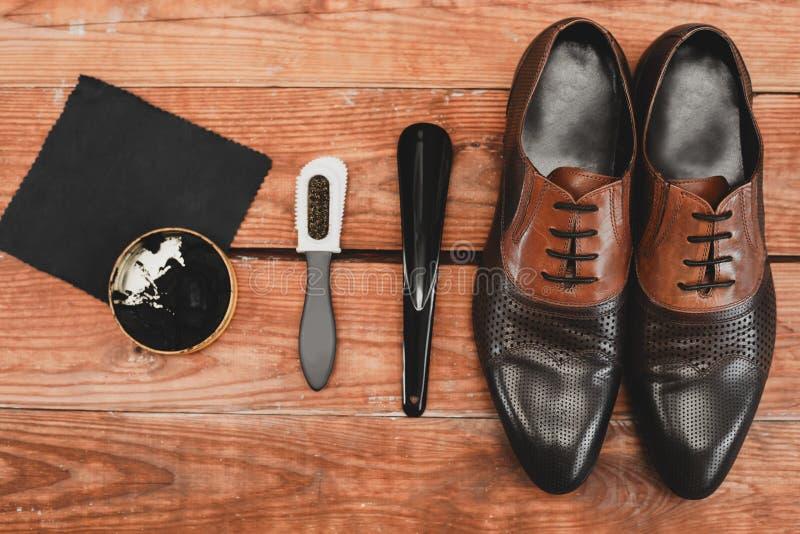 Scarpe di cuoio con l'insieme di manutenzione della scarpa fotografia stock libera da diritti