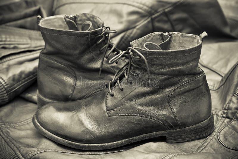 Scarpe di cuoio del modo degli uomini. Autunno - scarpe della molla fotografia stock