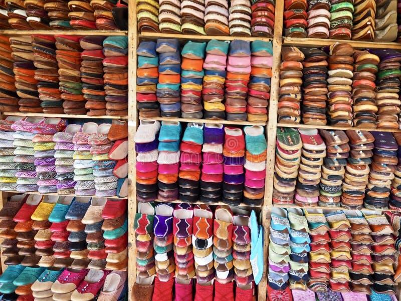 Scarpe di cuoio fatte a mano da vendere a Fes, Marocco immagini stock libere da diritti