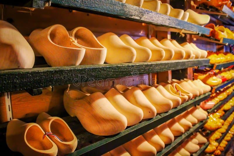 Scarpe di legno in stanza frontale di negozio del negozio di ricordo in Olanda Scarpe olandesi nazionali Ricordo nei Paesi Bassi immagini stock libere da diritti