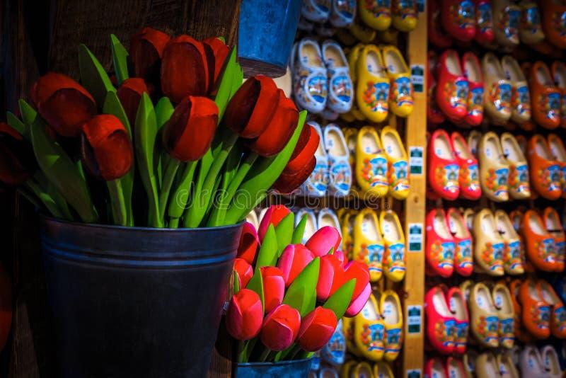 Scarpe di legno tradizionali e tulipani di legno in un negozio di souvenir, Paesi Bassi fotografia stock