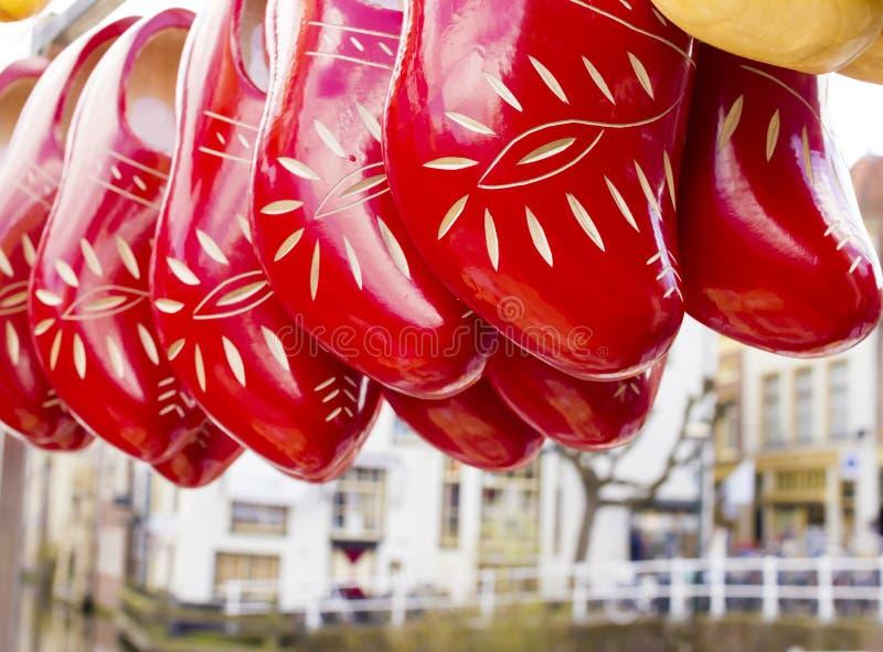 Scarpe di legno tradizionali olandesi con l'ornamento, impedimenti, simbolo fotografia stock