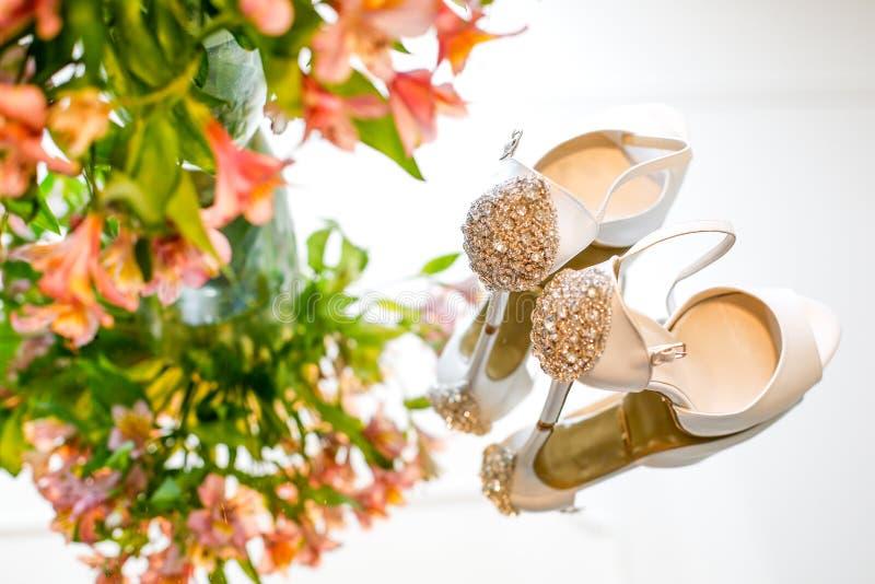 Scarpe di lusso di nozze per la sposa fotografia stock libera da diritti