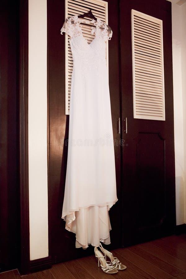 Scarpe di nozze, vestito e collana della perla Accessori di nozze immagini stock libere da diritti
