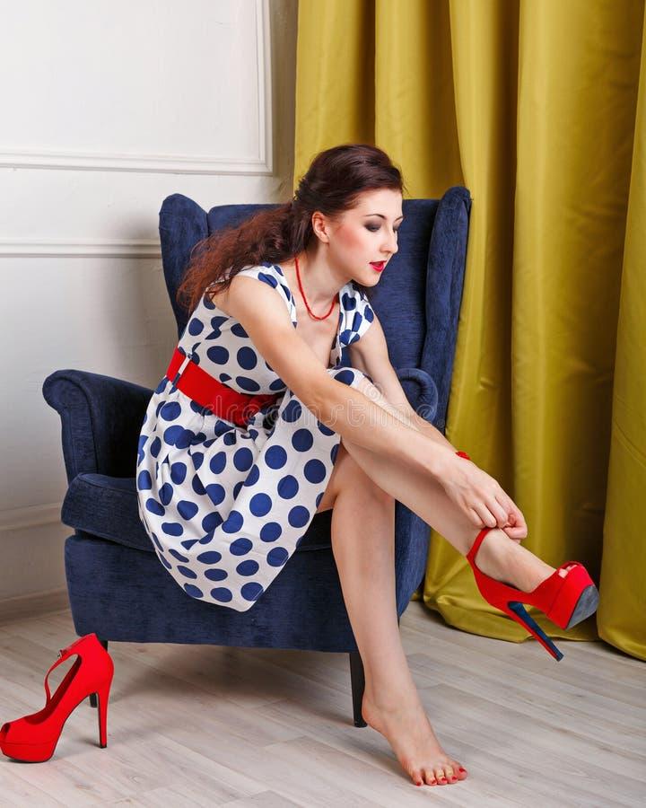 Scarpe di Pin Up Girl Dress con i tacchi alti fotografie stock