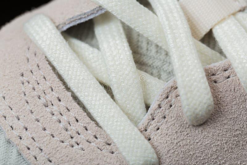 Scarpe di sport con i pizzi bianchi immagine stock libera da diritti