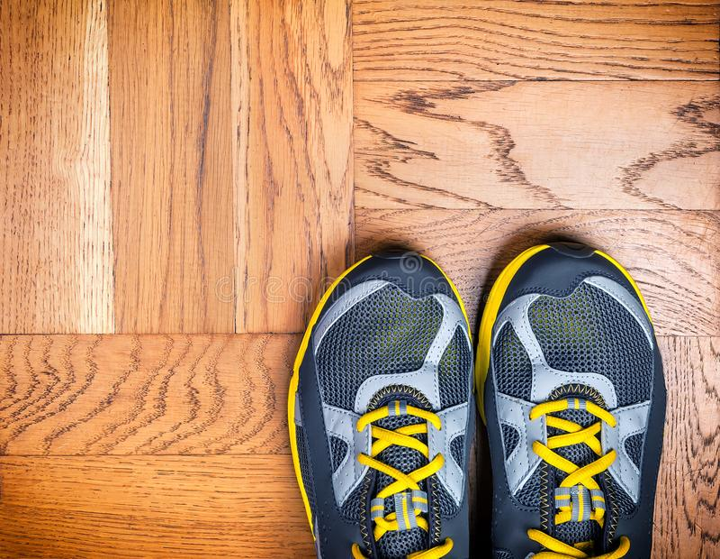 Scarpe di sport sul pavimento immagini stock libere da diritti