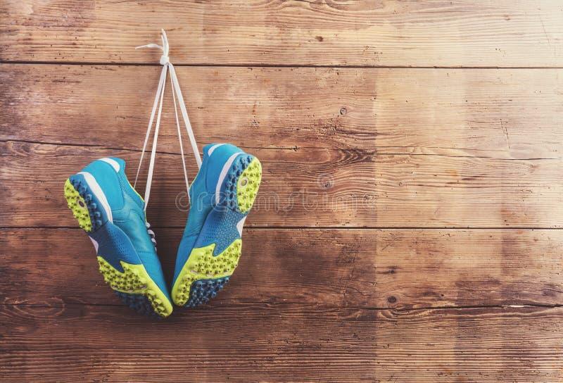 Scarpe di sport sul pavimento fotografia stock