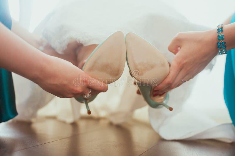 Scarpe di vestito per la sposa fotografie stock libere da diritti