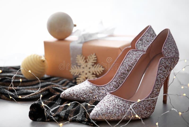 Scarpe e contenitore di regalo tallonati livello elegante immagine stock libera da diritti