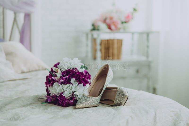 Scarpe e mattina del mazzo di nozze della sposa fotografia stock