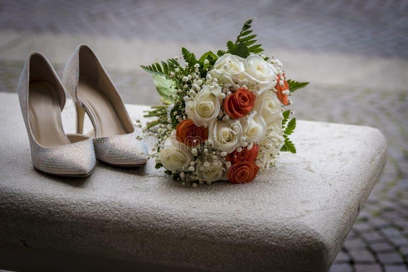 Scarpe e mazzo di nozze della sposa fotografia stock libera da diritti