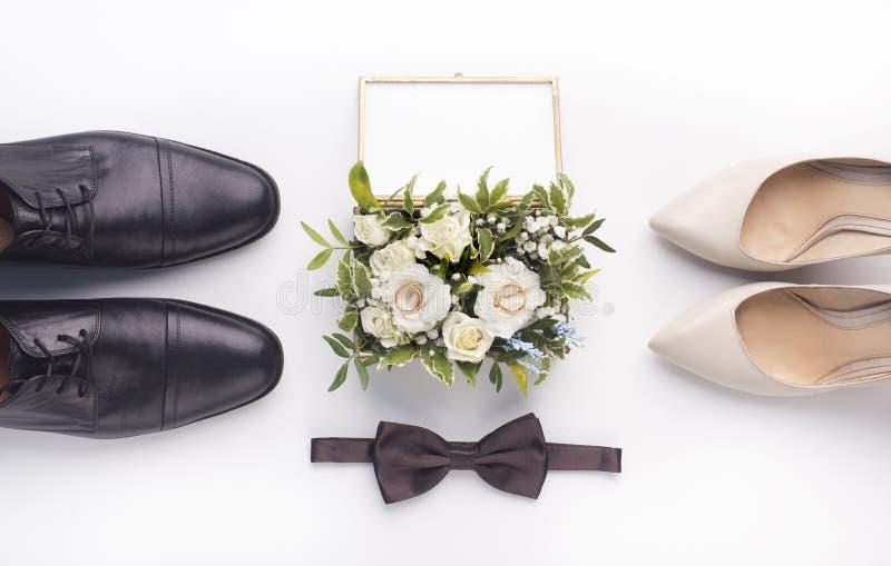 Scarpe e mazzo di nozze su fondo bianco fotografie stock