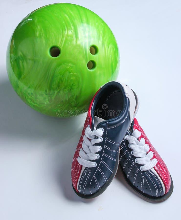 Scarpe e palla da bowling di bowling fotografia stock