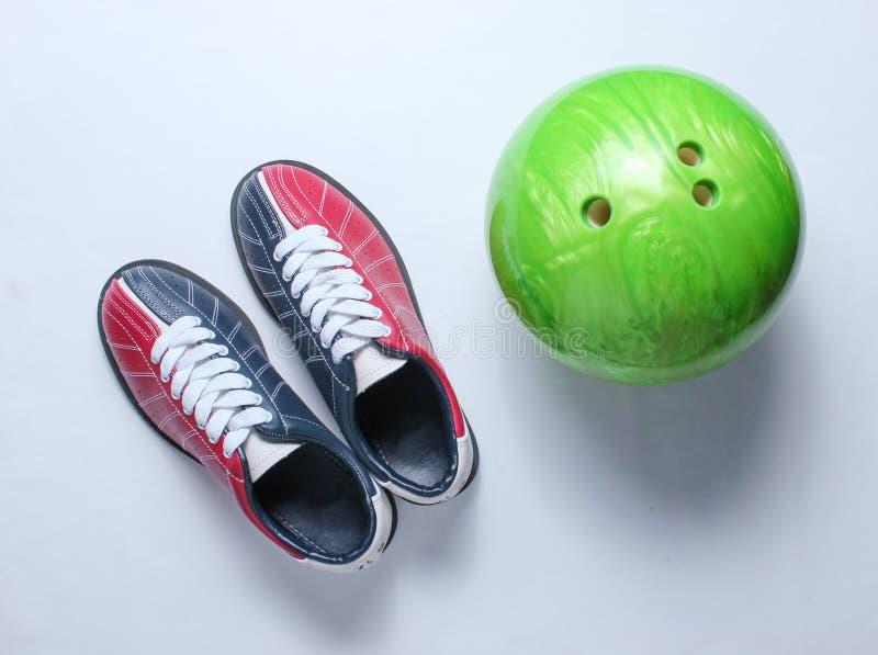 Scarpe e palla da bowling di bowling fotografie stock