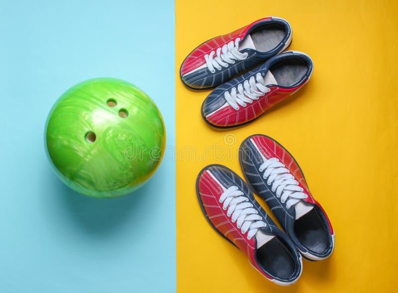 Scarpe e palla da bowling di bowling fotografia stock libera da diritti