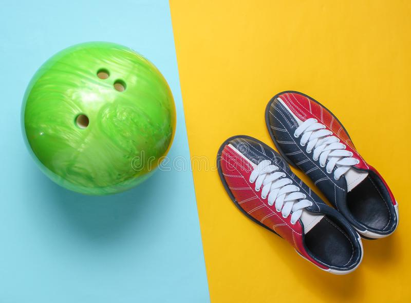 Scarpe e palla da bowling di bowling immagine stock libera da diritti