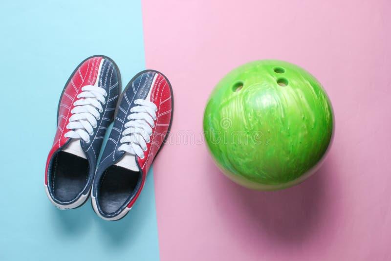 Scarpe e palla da bowling di bowling immagini stock