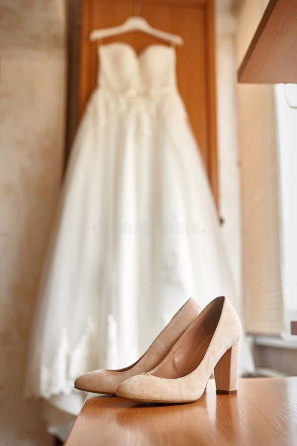 Scarpe e sposa di nozze in una camera da letto fotografia stock