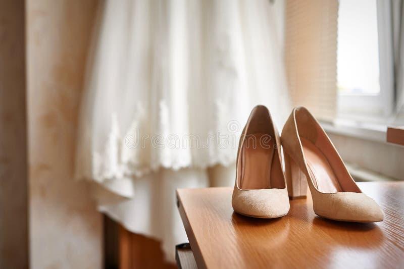 Scarpe e sposa di nozze in una camera da letto immagini stock libere da diritti