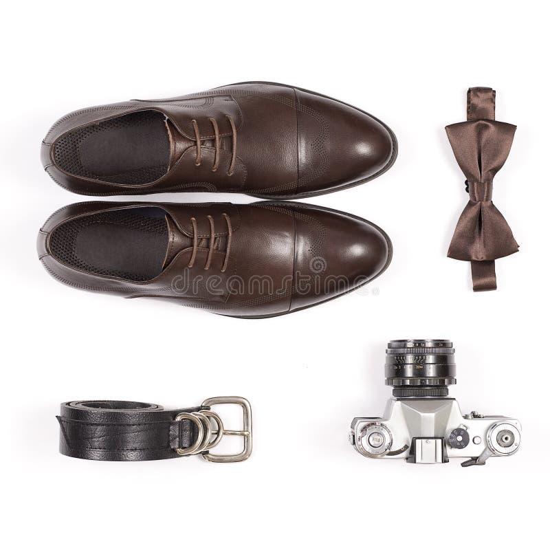 Scarpe ed accessori di vestito degli uomini di cuoio alla moda isolati immagini stock