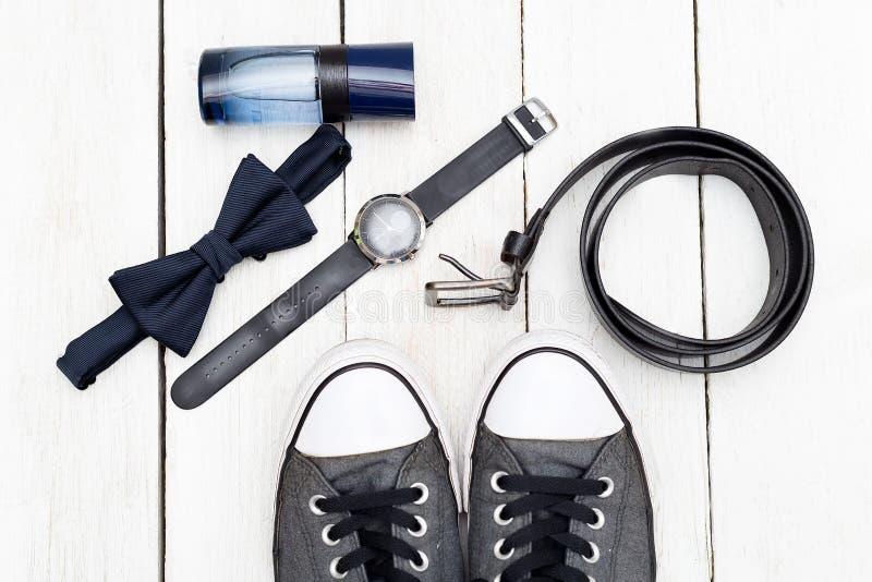 Scarpe ed accessori per gli uomini Disposizione piana fotografia stock
