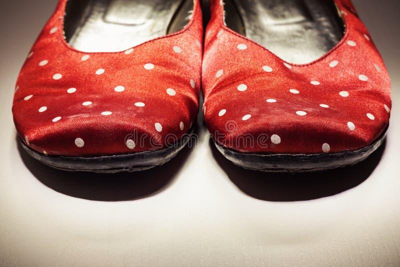 Scarpe femminili rosse sveglie immagini stock libere da diritti