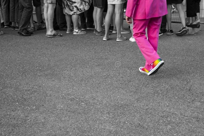 Scarpe gay della bandiera dell'arcobaleno, folla bianca nera immagini stock libere da diritti