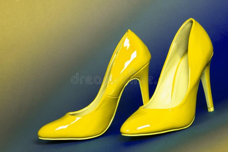 Scarpe gialle dei tacchi alti fotografia stock libera da diritti