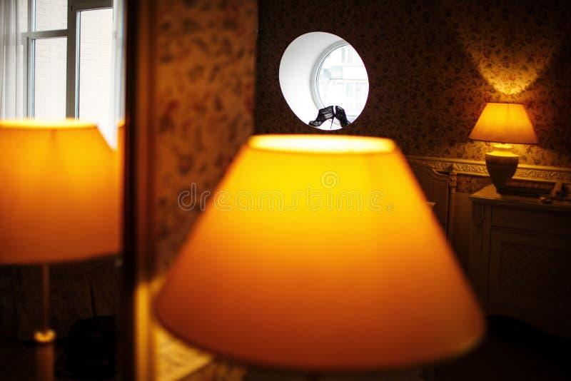 Scarpe nere di nozze sulla finestra rotonda immagini stock libere da diritti