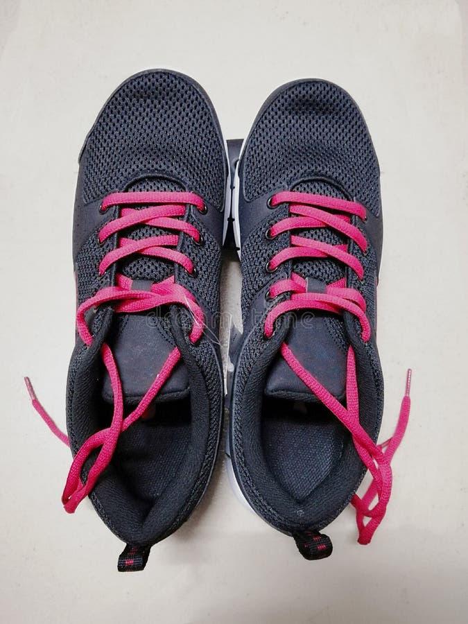 Scarpe nere di sport fotografie stock