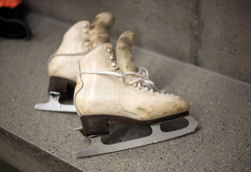 Scarpe professionali di pattinaggio su ghiaccio nello spogliatoio fotografia stock