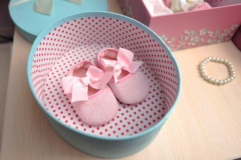 Scarpe rosa per un neonato in una scatola ovale fotografie stock libere da diritti