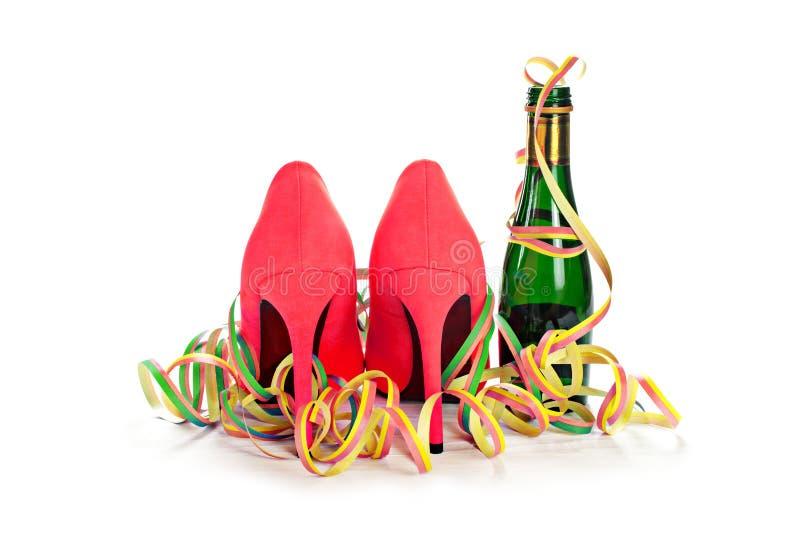Scarpe rosse dalla parte posteriore, champagne dello stiletto dei tacchi alti delle signore fotografie stock libere da diritti