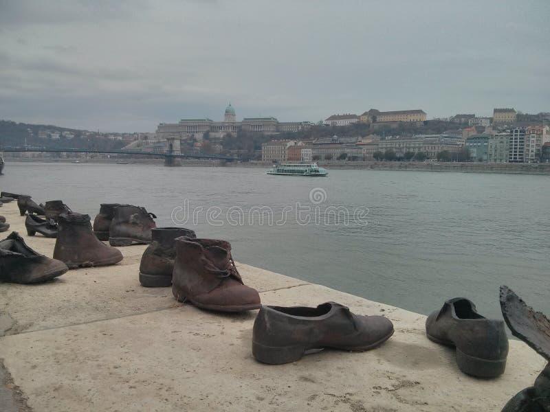 Scarpe sul memoriale della Banca di Danubio immagine stock